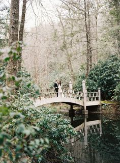 Photography: Graham Terhune Photography - grahamterhune.com   Read More on SMP: http://www.stylemepretty.com/2016/07/15/cozy-and-elegant-old-edwards-inn-wedding/