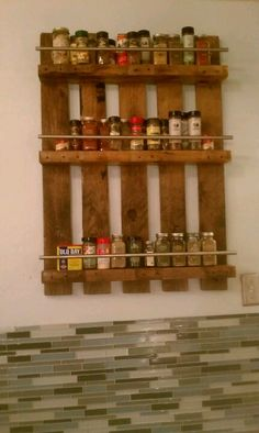Old pallet + cabinet bars from IKEA + 5 inch allscrews + sweat + awesomeness = a fabulous spice rack! Pallet Crafts, Diy Pallet Projects, Wood Crafts, Woodworking Projects, Pallet Ideas, Old Pallets, Recycled Pallets, Wooden Pallets, Pallet Benches
