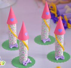 Torre da Rapunzel feita com o chocolate Baton e personalizado com tecido, papel, lã e lacinho. Uma personalização diferente e criativa. O tecido e o lacinho podem variar de modelo, dependendo da disponibilidade do material. Também pode ser desenvolvido o convite com este item.  Pedido mínimo: 30 unidades R$ 4,90