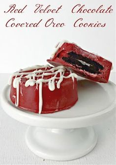 Red Velvet Chocolate Covered Oreos are the perfect treat for anyone who loves Oreo cookies on Valentine's Day! Chocolate Candy Melts, Chocolate Covered Oreos, Chocolate Strawberries, Covered Strawberries, Fun Desserts, Delicious Desserts, Dessert Recipes, Plain Cookies, Red Velvet Recipes