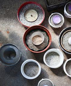 Betoniaskartelu on sotkuista ja ihanaa - Kotiliesi. Concrete, Candle Holders, Candles, Tableware, Plaster, Google, Tips, Ideas, Plastering