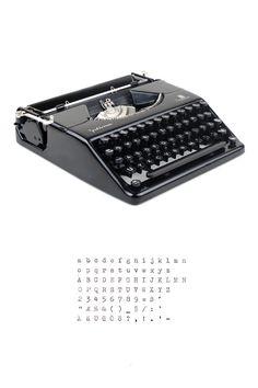 Tragbare Schreibmaschine Optima Plana wurde in den 60er Jahren in der ehemaligen DDR (Ostdeutschland) von VEB Optima Büromaschinenwerk (ehemals Olympia) produziert.  Diese seltene Schreibmaschine hat einen wunderschönen, faszinierenden Design. Die ultraslim Maschine ist in sehr gutem Zustand mit kleinen Zeichen der bedienen und funktioniert richtig. Außer der Taste 1 nicht funktioniert, aber es kann leicht mit dem l ersetzt werden, wie Sie in der Schriftprobe sehen können. Die ursprüngliche…