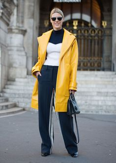 What to Wear in November: 30 Perfect Outfit Ideas to Copy This Month High Street Fashion, Street Style Fashion Week, Quirky Fashion, Dope Fashion, Star Fashion, Mode Mantel, Layering Outfits, Work Outfits, Light Jacket