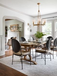 Joanna gaines farmhouse style bedrooms fixer upper decor home decorators collection blinds instructions . Fixer Upper Living Room, Fixer Upper House, Living Room Paint, My Living Room, Fixer Upper Dekoration, Dining Furniture, Dining Chairs, Dining Rooms, Room Chairs