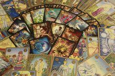 Tarotkarten und ihre Bedeutung – Das grosse Arkana Woher der Tarot kommt, weiss man nicht so genau. Er tauchte im 14. Jahrhundert auf und verbreitete sich sehr schnell. Er splittete sich auf in das Kartenspiel, wie wir es heute noch kennen und eben in den Tarot, der Wahrsagekarten. Tarotkarten kann man heutzutage übera, wobei das Marseiller Tarot, Zigeunertarot und der Lenormand Tarot die […]