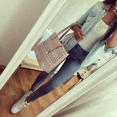 Casual y comodo.   Jeans, camisa de mezclilla y tennis blancos
