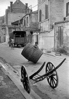 France, Charente-Maritime, Saintes 1953 by Henri Cartier-Bresson. Henri Cartier Bresson, Street Art Photography, History Of Photography, Vintage Photography, Urban Photography, Old Pictures, Old Photos, Vintage Photos, Vintage Art
