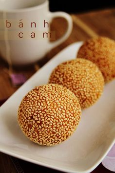banh cam (sesame balls) - I love this dessert with chewy mung beans and coconut inside, and a crispy fried rice flour dough on the outside. Thai Dessert, Vietnamese Dessert, Vietnamese Cuisine, Dessert Recipes, Sesame Seed Balls Recipe, Asian Desserts, Asian Recipes, Gastronomia, Peanut Butter