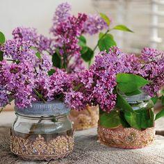 Noen blomster er så vakre at man vil ta dem rett hjem i stua. De lysner opp tilværelsen, lukter godt og ser veldig bra ut. Juster noen gamle pyntebånd til Norgesglassene så har du en vakker ny installasjon. Enkelt! (Av Franciska Munck-Johansen)