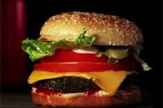 Complementair contrast. Rood en groen staan tegenover elkaar in de kleurencirkel. Kwaliteit contrast. Het rood en groen zijn hoog verzadigd tegenover het brood en het vlees.