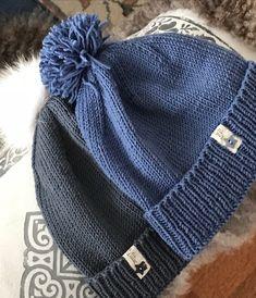 Når ett av barnebarna ønsker seg en mørk gråblå lue med pelsdusk, da er det bare å finne et passende garn og lage en midlertidig oppskrif... Knitting For Kids, Mittens, Cowl, Knitted Hats, Diy And Crafts, Winter Hats, Handmade, Dusk, Inspiration
