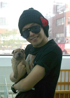 21 Hot Korean men holding cute animals. My daughter begged me to pin this , a G dragon fan. Cute pin though:)