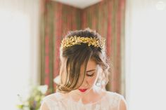 Enamorada de la corona dorada de Ana, diseño de  'Mignonne Handmade' {Foto,  Patrizia + Héctor} #headpiece #tocados #novia #bride #tendenciasdebodas