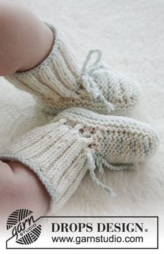 First Impression Booties / DROPS Baby - Knitted baby booties in garter st in DROPS BabyMerino. Baby Knitting Patterns, Knitting For Kids, Knitting Designs, Knitting Socks, Baby Patterns, Free Knitting, Crochet Patterns, Diy Baby Socks, Knit Baby Shoes