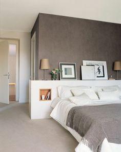 murs taupe couleur, interieur chic dans la chambre a coucher, moquette beige