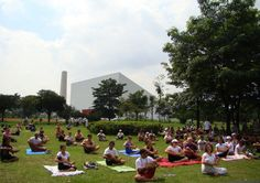 Aulas experimentais de yoga no Parque do Ibirapuera