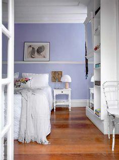 As paredes receberam um lavanda mais suave que o das portas. Na cama de casal, enxoval da Trussardi e almofada da Scarf Me Home.