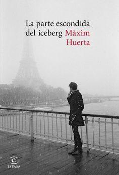 Portada La Parte Escondida Del Iceberg / Maxim Huerta. «Te doy todo este libro para que aparezcas», dice el protagonista. Se ha escapado, mantiene una relación con el pasado, pero el pasado ya no está. La parte escondida del iceberg es la reconstrucción amorosa de un ser excepcional. Un escritor perdido en París; la ciudad le pesa, solo la necesita para encontrar los recuerdos, como migas de pan, de aquello que fue. Para eso debe atravesar un invierno de recuerdos. Se adentra en un…