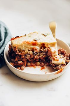 Vegan moussaka with a lentil base and cashew topping Vegan Moussaka, Minimalist Baker, Baker Recipes, Easy Delicious Recipes, Healthy Diet Recipes, Vegetarian Dinners, Vegetarian Recipes, Canning Crushed Tomatoes, Shopping
