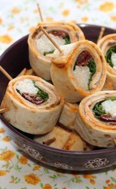 Maki-Wrap au poulet, tomates séchées et roquette - Foods Schmuck Damen Healthy Foods To Eat, Healthy Snacks, Healthy Eating, Healthy Recipes, Wrap Recipes, Snack Recipes, Buffet Party, Lunch Wraps, Food Tags