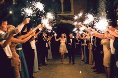 Садьба на лазурном берегу франции, гости провожают молодоженов, бенгальские огни
