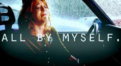 mujer dentro de un carro llorando mientras llueve