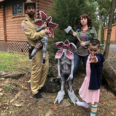 Stranger Things' Jim Hopper demogorgon Joyce Byers and Eleven cosplay. By Lacy Thomas and her family / lacyleeeeee (IG) Stranger Things Quote, Stranger Things Aesthetic, Stranger Things Season 3, Stranger Things Netflix, Stranger Things Auditions, Stranger Things Pumpkin, Stranger Things Halloween Costume, Family Halloween Costumes, Stranger Things Costumes