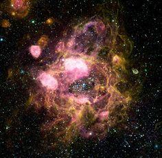 Una delle più vaste nebulose conosciute e catalogate dagli astronomi come N11 all'interno della Via Lattea è in realtà un'insolita rete di piccole nebulose connesse tra di loro. - One of the largest nebulae known and cataloged by astronomers as N11 within the Milky Way is actually an unusual network of small nebulae connected to each other.