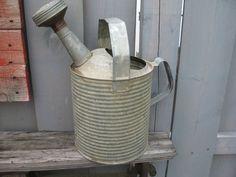 Vintage  arrosoir galvanisée a motif cannelé 1950 votre code postal pour frais réel S V P de la boutique NorDass sur Etsy
