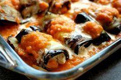Μελιτζάνες ρολό με τυρί!!! Μία από τις πιο νόστιμες ελληνικές συνταγές, οι μελιτζάνες στον φούρνο με τυρί φτιάχνονται σήμερα με μαστέλο από την μεγάλη δημοσιογράφο της Ελληνικής Γαστρονομίας, Αγλαΐα Κρεμέζη. Συστατικά: 2 μέτριες στρογγυλές μελιτζάνες, κομμένες κατά μήκος σε μακριές φέτες με πάχος 1 εκ. αλάτι και φρεσκοτριμμένο πιπέρι ·· ελαιόλαδο 1 μεγάλο κρεμμύδι, ψιλοκομμένο