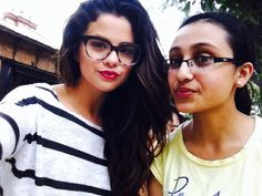 Selena s fanúšičkou Selena Gomez Fashion, Selena Gomez Outfits, Selena Gomez Glasses, Selena Gomez Eyes, Selena Gomez With Fans, Selena And Taylor, Selena Gomez Style, Glasses Outfit, Fashion Eye Glasses