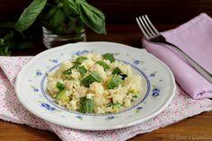 Cous cous al basilico con zucchine e tonno, arriva il caldo e con esso la voglia di piatti freddi e veloci. In questa ricetta ho provato a cuocere il cous cous in padella, insieme al condimento.