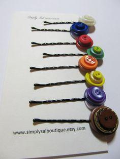 Hebillas hechas con botones de diferentes tamaños. Representan los distintos valores de las Mujeres Jóvenes.