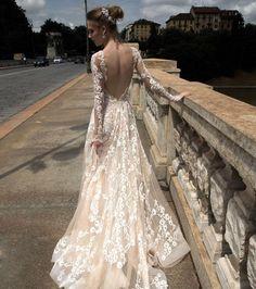 Robe de mariée en dentelle romantique à dos nu - Alessandra Rinaudo