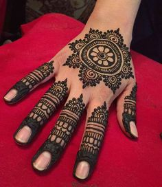 50 Most beautiful Bhai Dooj Mehndi Design (Bhai Dooj Henna Design) that you can apply on this Bhai Dooj Festival. Round Mehndi Design, Henna Flower Designs, Pretty Henna Designs, Henna Tattoo Designs Simple, Finger Henna Designs, Latest Bridal Mehndi Designs, Full Hand Mehndi Designs, Henna Art Designs, Mehndi Designs For Beginners