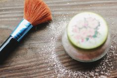 DIY All Natural Dry Shampoo: only 1 ingredient (Cornstarch) + optional additions