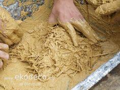 Barbotina hecha con tierra y paja para rellenar huecos en casa de paja de bioconstrucción Coconut Flakes, Relleno, Spices, Food, Straws, Earth, Interior Design, Spice, Essen