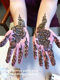 No one does henna/mehndi better than indians! Mehandhi Designs, Henna Designs Easy, Beautiful Rangoli Designs, Henna Doodle, Henna Drawings, Mehndi Simple, Henna Party, Mehndi Images, Bridal Henna