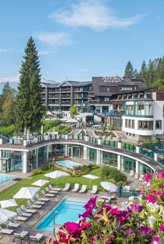 Dieser Garten kann einen ganzen Tag zu Deinem Refugium werden. Bei einen Day Spa im Astoria Resort in Seefeld in Tirol. Ob im Naturbadesee, bei individuellen Körper- und Beauty-Treatments oder in der exklusiven Panoramasauna – das ASTORIA Spa bietet Entspannung auf höchstem Niveau. Day Spa   Day Spa Geschenk   Luxus Spa Refugium, Spa Day, Hotels, Mansions, House Styles, Beauty, Decor, Recovery, Alps