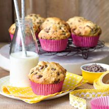 These banana chocolate chip muffins stay wonderfully moist for at least 3 days. They might last longer but we'd eaten them all by then! Banana Bread Recipes, Muffin Recipes, Baking Recipes, Baking Ideas, Tea Snacks, Banana Chocolate Chip Muffins, Blue Berry Muffins, Mini Muffins, Chocolate Recipes