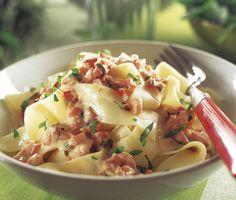 Het pastasås med rökt skinka, röd paprika, lättcrème fraiche, ingefära och sambal oelek. Servera såsen tillsammans med nykokt färsk pasta. En maträtt med sting som fungerar både till middag och lunch.