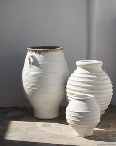 San Giorgio, Mykonos, white walls, pottery / Garance Doré White Walls, Olive Jar, Greek Bedroom, Large Pots, Tiesto, Terracotta, Decoration, Flower Pots, Outdoor