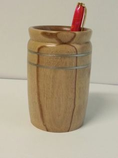 Pot à crayons en noyer Pots, Woodturning Ideas, Pot A Crayon, Pencil Cup, Wood Bowls, Small Boxes, Crayons, Wood Turning, Woodworking