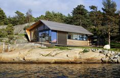 Lund Slaatto Architects Have Designed A Cedar Clad Contemporary Waterfront Cabin In Norway Photography by Marte Garmann Lund Slaatto Architects designed this modern cabin and a small annex that sits next to the nbsp hellip Ideas De Cabina, Modern Lodge, Timber Cabin, Wooden House, House And Home Magazine, Architect Design, Minimalist Home, Cottage, Norway