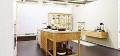 Den Mittelpunkt des Raumes prägt eine großzügige #Kücheninsel, die einen #Küchenblock und einen Beistelltisch integriert. Der Korpus wie auch die Einlegeböden bestehen aus einer 18 mm starken Furnierplatte in Asteiche. Gekrönt wird die #Kücheninsel von einer robusten #Arbeitsplatte aus #Quarzstein in Marmoroptik. Die Verwendung des gleichen Materials wie bei den Regalen der #Hochschränke sorgt für einheitliches Erscheinungsbild der #Küche.
