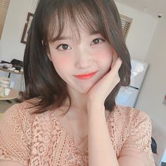 Image discovered by ♡𝑤𝑖𝑛𝑡𝑒𝑟𝑏𝑒𝑎𝑟❄. Find images and videos about kpop, aesthetic and icon on We Heart It - the app to get lost in what you love. Iu Short Hair, Iu Hair, Short Hair Styles, Korean Star, Korean Girl, Asian Girl, Iu Fashion, Korean Beauty, Ulzzang Girl