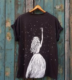 Fabric Painting On Clothes, Dress Painting, T Shirt Painting, Painted Clothes, Shirt Refashion, T Shirt Diy, Custom Clothes, Diy Clothes, Paint Shirts