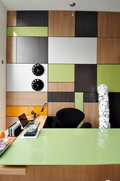 Divisória usada como revestimento de parede, colorido em madeira e vidro. Mesa com tampo em vidro colorido