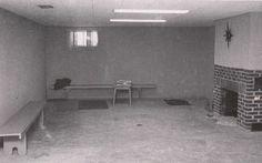 Sótano de la casa de los Clutter a los pocos días de los asesinatos. En este ambiente Perry Smith asesinó a Kenyon Clutter, Sobre la derecha, una de las dos chimeneas con que cuenta la casa. La otra está en el primer piso, en la sala.