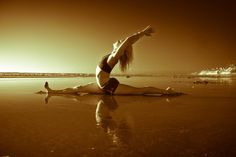 Kenna Crouch in Hanumanasana, photo Kim Bajorek. This is my North Star. If I am lost, I head in this direction. That doesn't mean I expect to arrive there. Dance Picture Poses, Dance Pictures, Dance Pics, Senior Pictures, Yoga Art, My Yoga, Namaste Yoga, Yoga Meditation, Monkey Pose